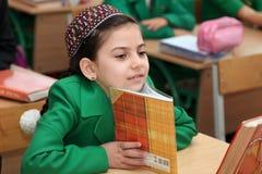 一位未知的女小学生的画象在教室 免版税库存照片