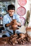 一位未知的艺术家在一个传统陶瓷花瓶工作在Cappado 免版税图库摄影
