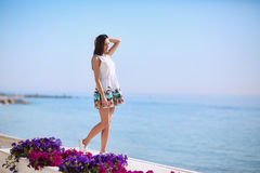 一位正面和健康女性海背景的 笑在海附近的一个美丽的女孩的全长度靠岸 katya krasnodar夏天领土假期 图库摄影
