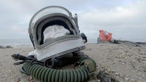 一位死的宇航员的头在沙子说谎由海 宇航员在他的太空飞船碰撞了 多云天气,风 影视素材
