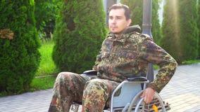一位残疾战士的画象伪装的在行动的一个轮椅 缓慢的mo 影视素材