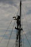 一位海盗的剪影看通过小望远镜的比赛的 库存图片