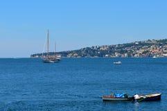 一位渔夫的工作在那不勒斯湾中,意大利的水域 库存照片