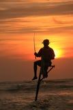一位渔夫, Unawatuna,斯里兰卡的剪影日落的 库存照片