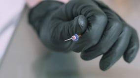 一位牙医的特写镜头慢动作射击一副仔细地医疗医疗手套看的在钻子的牙齿单位 轮 影视素材