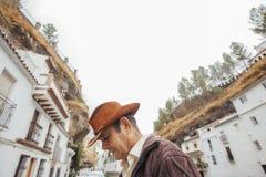 一位牛仔的画象一个美丽如画的村庄的有白色房子的 库存图片