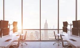 一位现代贸易商的工作场所在一个现代全景办公室在纽约 金融市场文化的概念 日落 3d关于 图库摄影