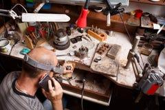一位珠宝商的特写镜头在车间背景的工作 制作设备 手工制造首饰概念 免版税库存照片