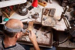 一位珠宝商的特写镜头在车间背景的工作 制作设备 手工制造首饰概念 免版税图库摄影