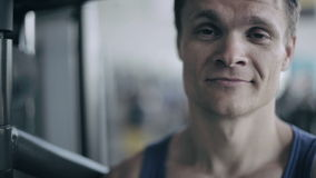 一位男性教练的画象在健身房的 关闭 影视素材