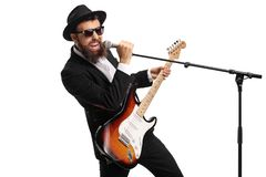 一位男性歌手的画象有拿着话筒的低音吉他的 库存图片