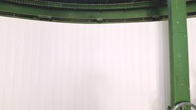 一位男性研究员转动太阳观测所的圆顶门的打开的机制的手工轮子 ?? 影视素材