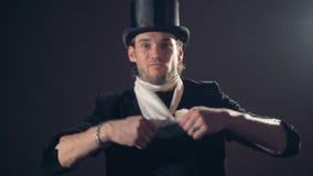 一位男性魔术师显示与解开的一个魔术技巧围巾 股票录像