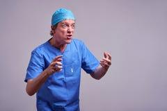 一位男性医生 库存图片