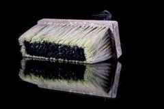 一位画家的一把油漆刷在玻璃桌上 绘画accessorie 免版税库存照片
