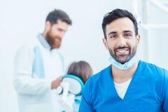 一位确信的牙医的画象在一个现代牙齿办公室 免版税库存图片