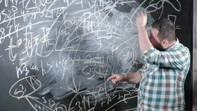 一位精采成熟数学家带来一个大块板并且完成杂文复杂的数学公式等式 股票录像