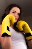 美丽的女性拳击手 免版税库存图片