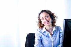 一位美丽的少妇秘书的画象在工作 免版税库存图片