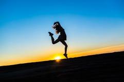 一位美丽的愉快的健康妇女舞蹈家的剪影 免版税库存图片