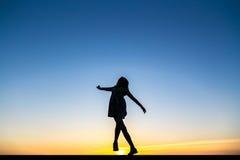一位美丽的愉快的健康妇女舞蹈家的剪影 库存图片