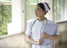 一位美丽的护士有病历 免版税库存图片
