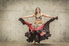 一位美丽的肚皮舞表演者的画象 免版税库存图片