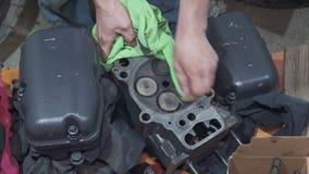一位老练的技工清洗并且修理汽车的细节 影视素材