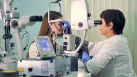 一位老练的眼科医生检查妇女眼睛 股票视频