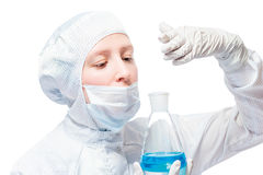 一位老练的化学家,生物学家在测试的嗅物质 免版税库存图片