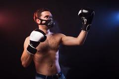 一位肌肉拳击手的演播室画象EU专业手套的  库存照片
