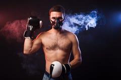 一位肌肉拳击手的演播室画象EU专业手套的  库存图片