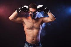 一位肌肉拳击手的演播室画象EU专业手套的  免版税库存照片
