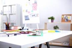 一位艺术家的书桌有许多的文具反对 免版税库存照片