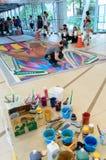 一位艺术家(托尼Cuboliquido)在图画和绘画期间他的3D艺术品。 库存图片