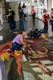 一位艺术家(朱丽柯克Purcell)在图画和绘画期间他的3D艺术品。 库存图片