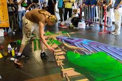 一位艺术家(Aimee Bonham)在图画和绘画期间他的3D艺术品。 免版税库存图片