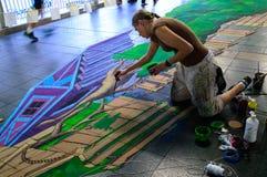 一位艺术家(Aimee Bonham)在图画和绘画期间他的3D艺术品。 库存图片