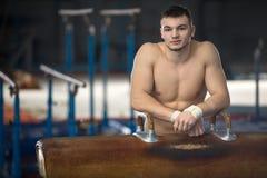 一位英俊的体操运动员的画象有赤裸躯干的 库存图片