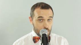 一位蓝眼睛的歌手的特写镜头执行一首歌曲  股票录像