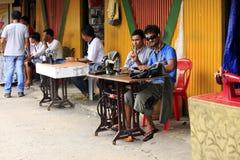 一位街道裁缝的画象在亚洲 库存照片