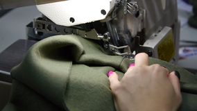 E 一位裁缝的女性手在工作 缝合与有材料的一台缝纫机 r 股票视频