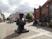 一位警察的雕塑在市奥卢,芬兰 免版税库存图片