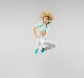 一位跳跃的白肤金发的运动员的画象 免版税图库摄影