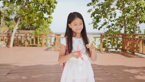 一位转动锭床工人的小菲律宾女小学生展示 热带的横向 夏天 童年 股票视频