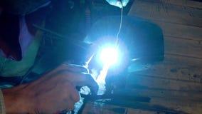 一位运转的焊工焊接铁铁锹 股票录像