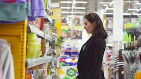 一位逗人喜爱的女孩窃贼的画象在超级市场 股票视频