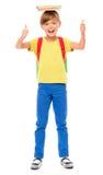 一位逗人喜爱的矮小的女小学生的画象有背包的 免版税库存图片