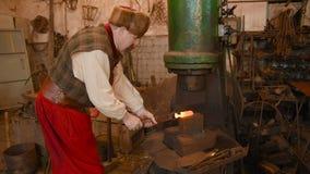 一位铁匠的手有工具的 股票视频