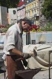 一位锻工在工作 免版税库存图片
